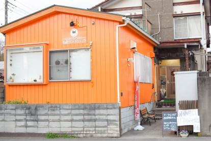オレンジ色の建物がアニマルエイドが運営する猫カフェ。後ろは事務所と猫シェルターの入った建物