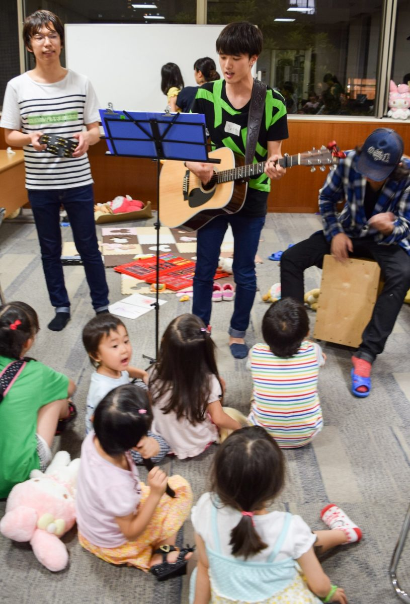 ダイナモ演奏の尾崎豊にこどもたちが聞き入っている。シュールな画