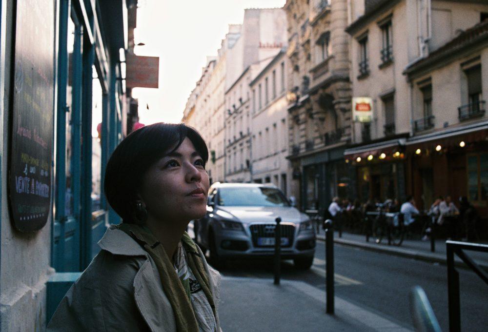 パリ10区のヴィーガンレストランにて。せわしなく行き交う通りを眺めて食べた