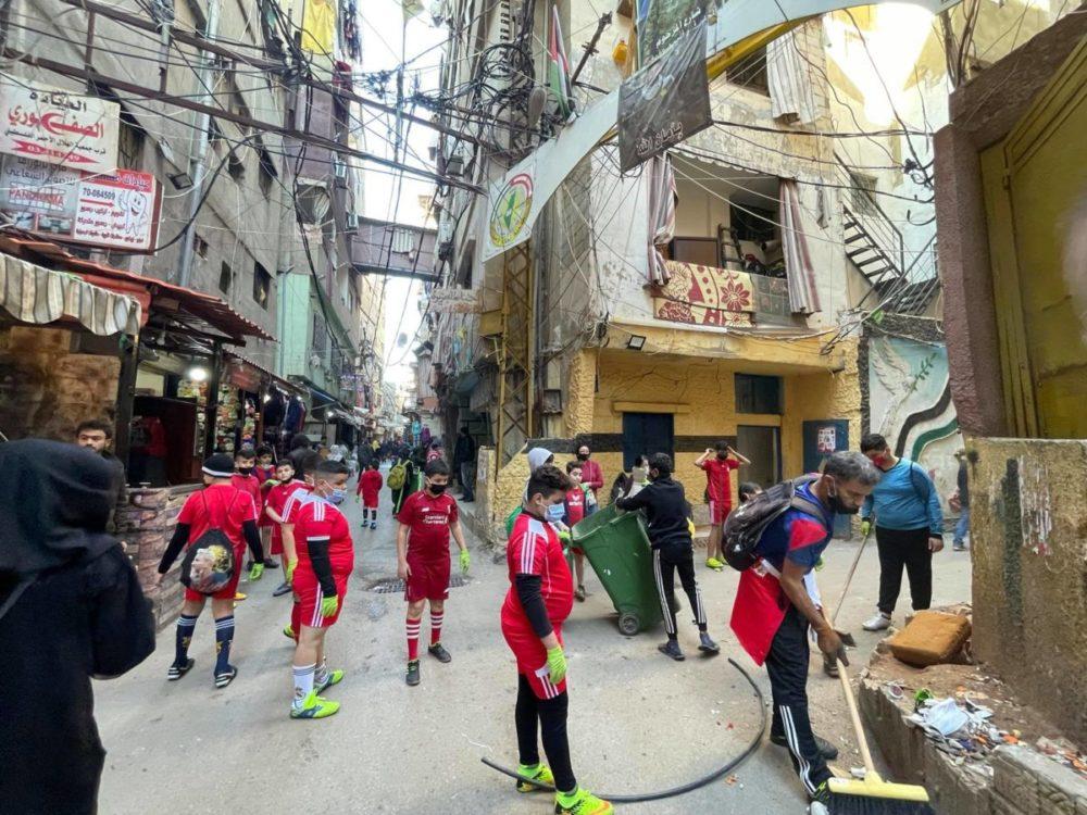 シャティーラ難民キャンプでゴミ拾い活動をするサッカークラブのこどもたち