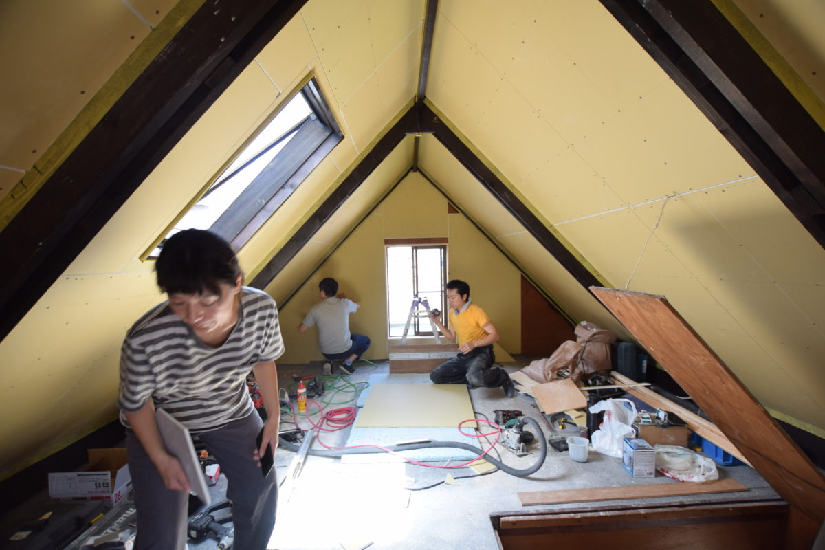 耐火ボードを貼り終えた屋根裏の様子