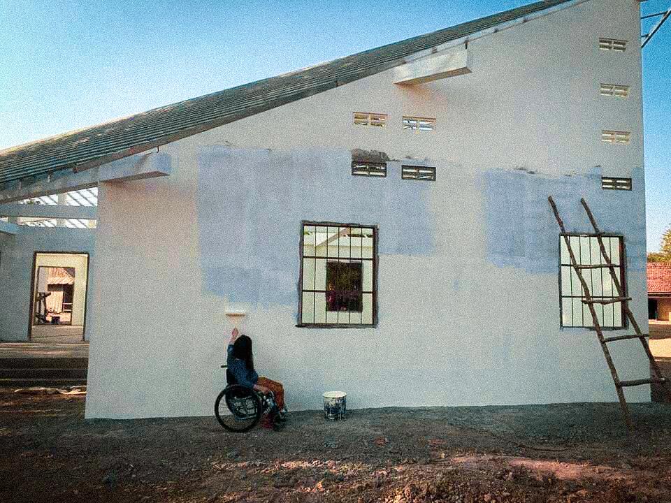 建て直した学校のペンキ塗りをするチョッコさん
