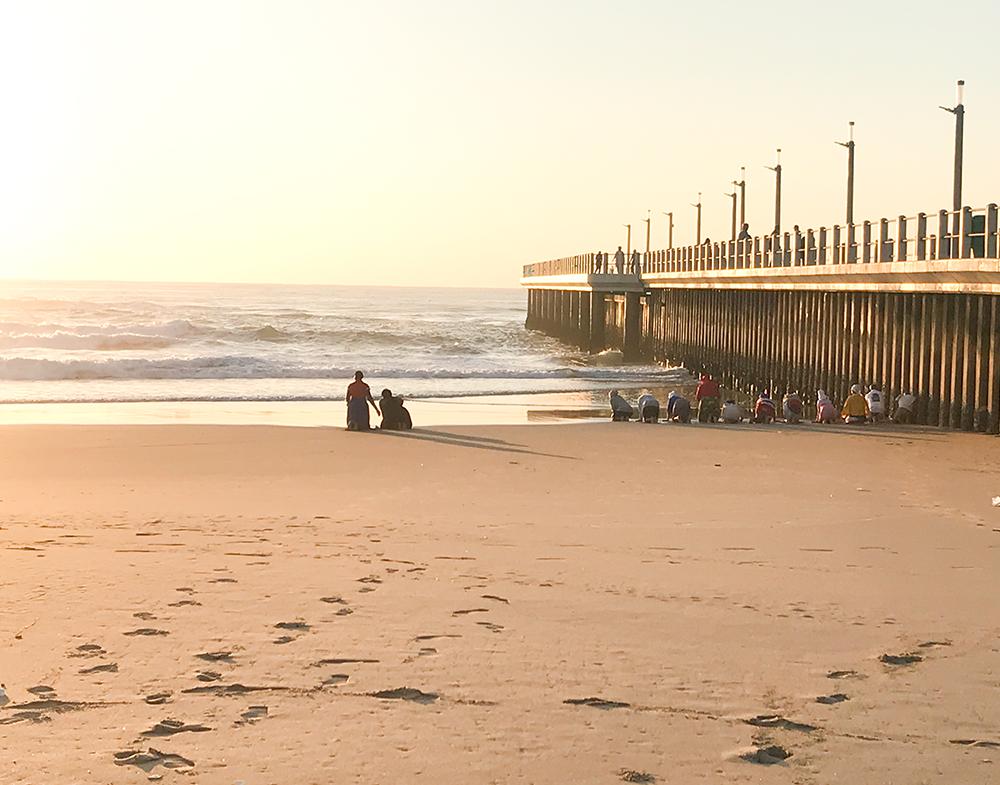 海に向かってお祈りする人たち。南アフリカの伝統信仰・ダーバン
