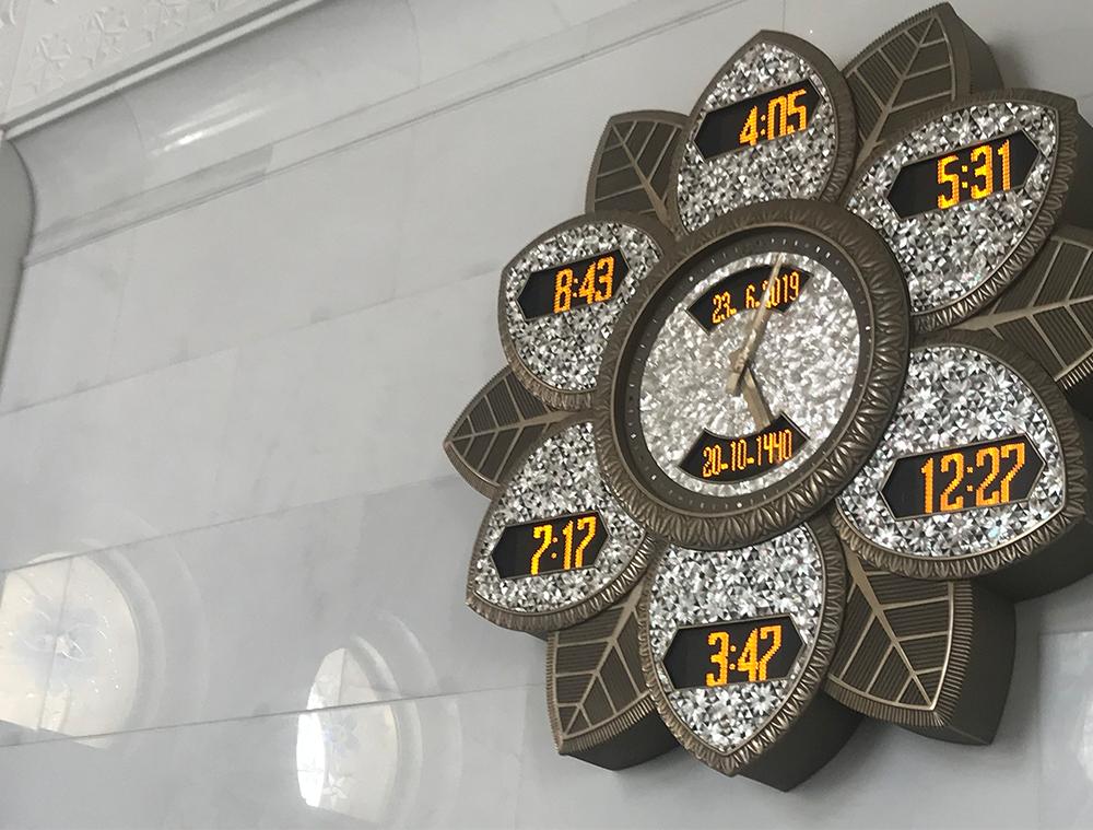 スンニ派のモスクにある時計。5回のお祈りの時刻と日の出の時刻が書かれている