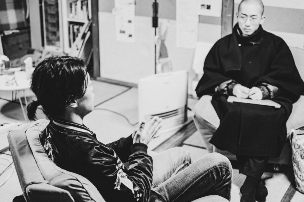 ドキュメンタリー作家久保田徹さんとアーティストで起業家の團上祐志さんの対談風景