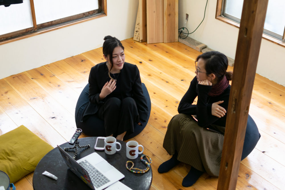 俯瞰で見たばんちゃんと福田さんの対談風景