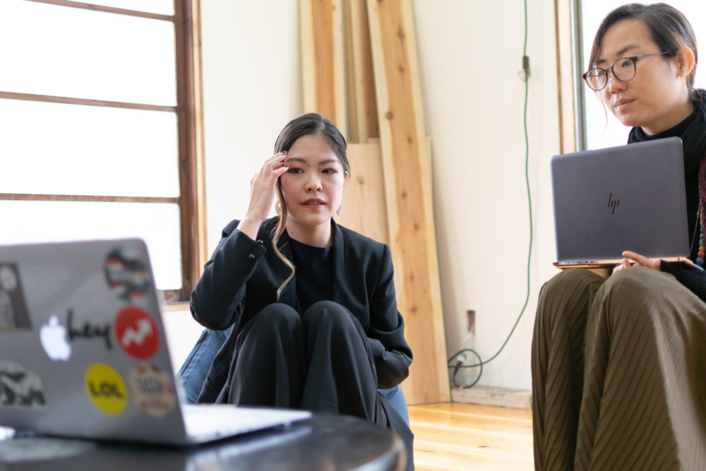 ばんちゃんと福田和子さんの2人がパソコンの画面を見ている