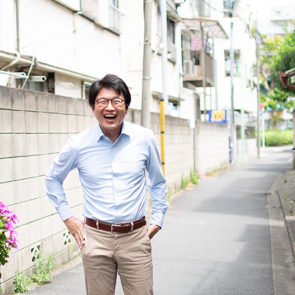 チャリツモ事務所の前で満面の笑みで撮影に応える水ジャーナリストの橋本淳司さん