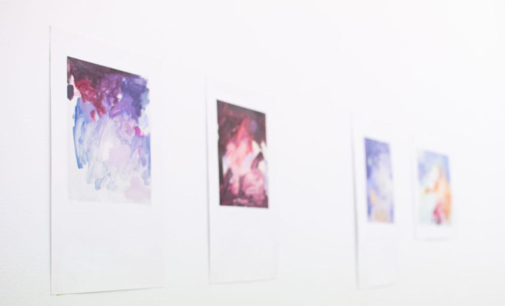 千代田区滞在中に制作した作品の一部。写真のような小さなピースで色合いを生み出した後、大きな作品に移っていくそう