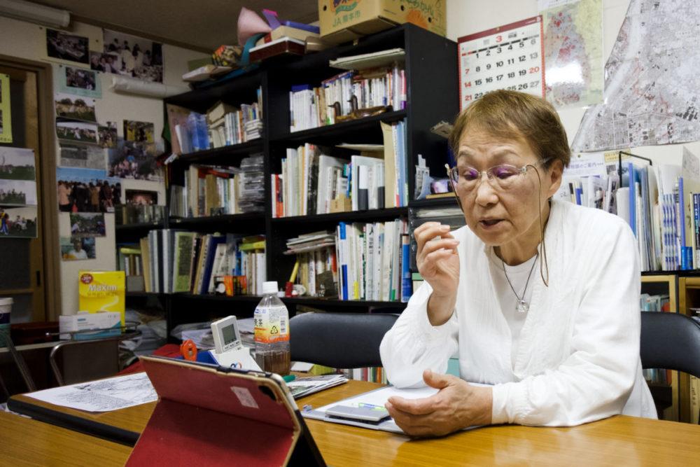 一般社団法人ほうせんかの事務所にてインタビューにこたえる慎さん